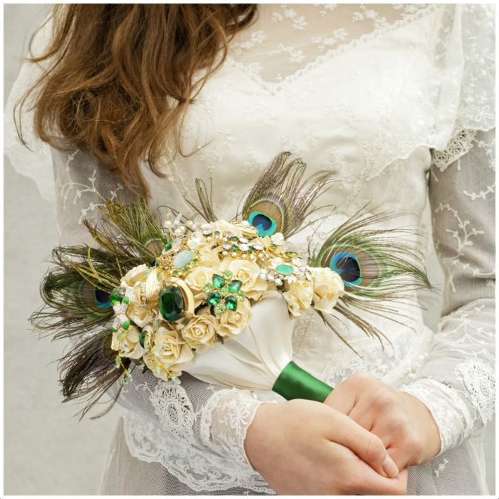 Pawie pióra na ślubie